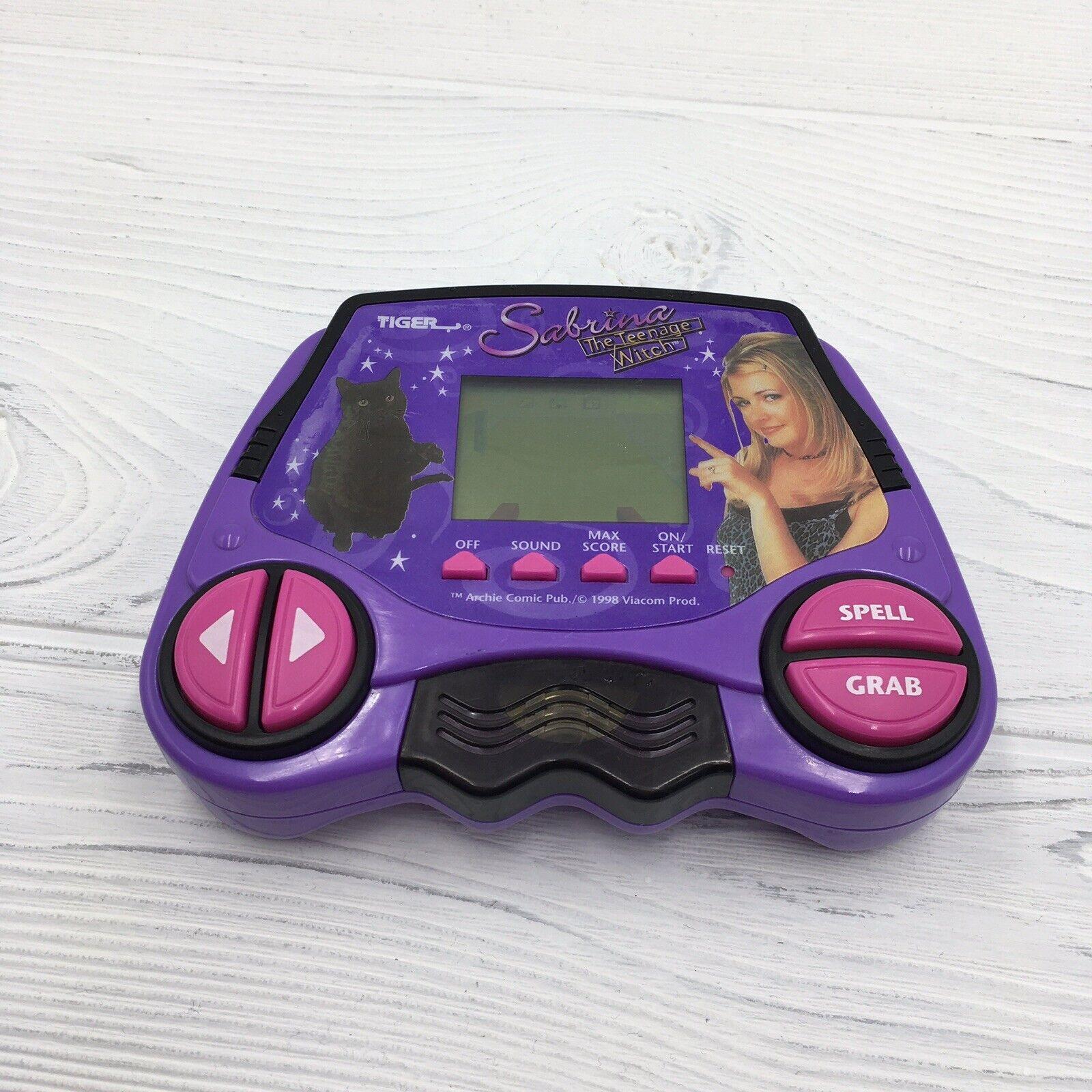 1998 Tiger Electronics Sabrina La Bruja Adolescente Portátil de Viaje Juego