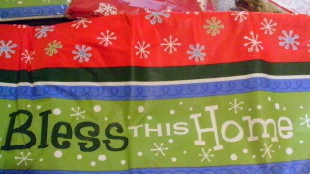 """WINTER CHRISTMAS BH Peva Vinyl Tablecloth SNOWFLAKES ON RED 52/"""" x 70/"""" Oblong"""