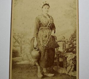FEMME-a-la-CRUCHE-Costume-Traditionnel-1890-Albumine-10x15cm