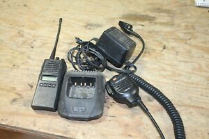 Kenwood-TK-480-800-MHz-FM-Transceiver-Radio-with-Trickle-Charger-Base-amp-MIC