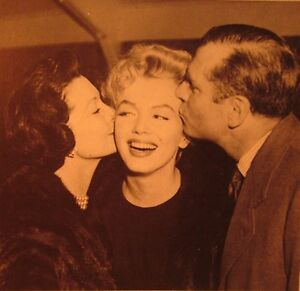 MARILYN-MONROE-kiss-clipping-B-amp-W-w-Vivian-Leigh-amp-Sir-Laurence-Olivier-1957