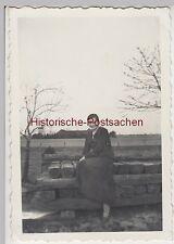 (F9333) Orig. Foto Frau Ilse Grothe aus Rade sitzt auf Holzbohlen 1937