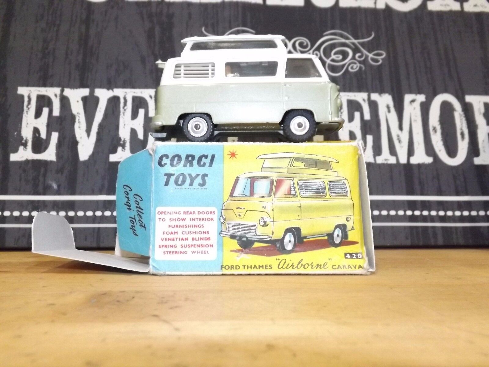 CORGI 420 Ford Thames  AIRBORNE  caravane Comme neuf CONDITION BOXED