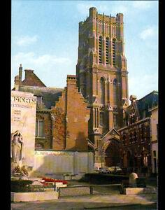 BETHUNE-62-RENAULT-4L-au-MONUMENT-aux-MORTS-amp-a-l-039-EGLISE