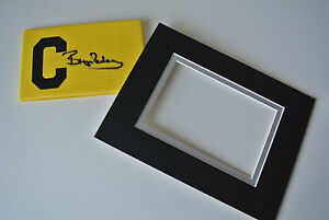 Bryan-Robson-Signed-Captains-Armband-free-display-Manchester-United-PROOF-amp-COA