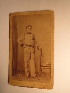 stehender-Soldat-in-Uniform-Kulisse-1872-CDV-Karl-Zeleny-Josefstadt-in-Boehmen