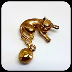 Vintage-Cat-amp-Ball-Brooch-Gold-Tone-Playing-Cute-Dangly