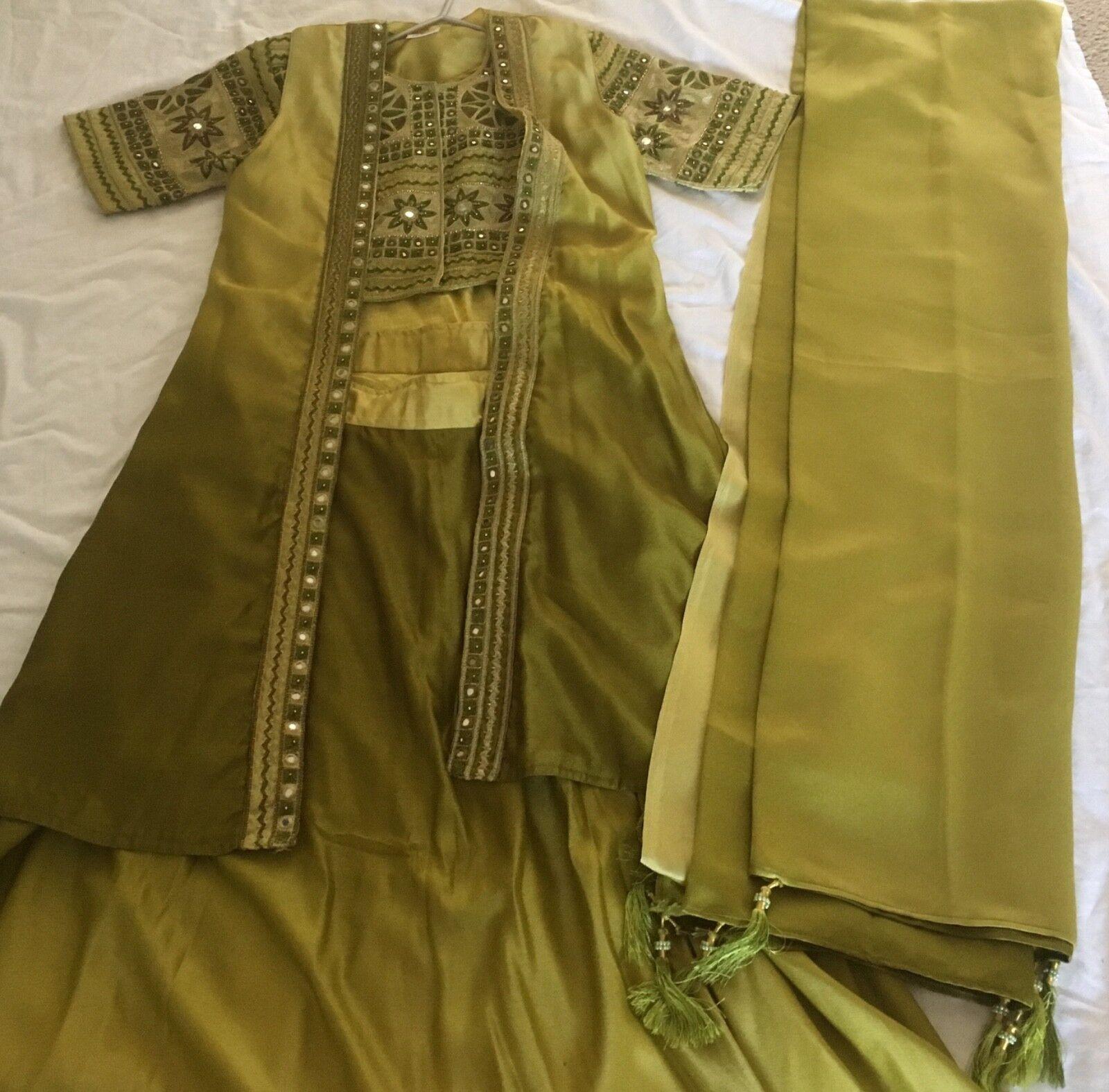 Indian/Pakistani 4 piece beautiful green lengha 12-14, may fit size 16