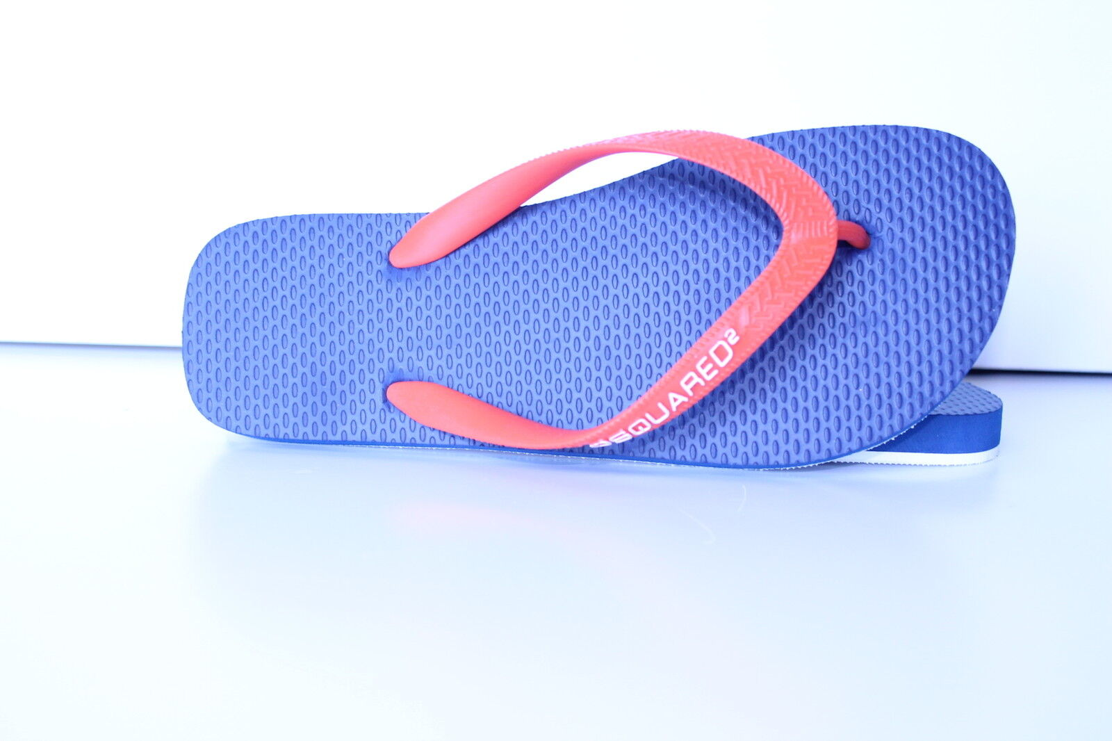 1) Dsquarojo2 infradito arancio con fondo azul.