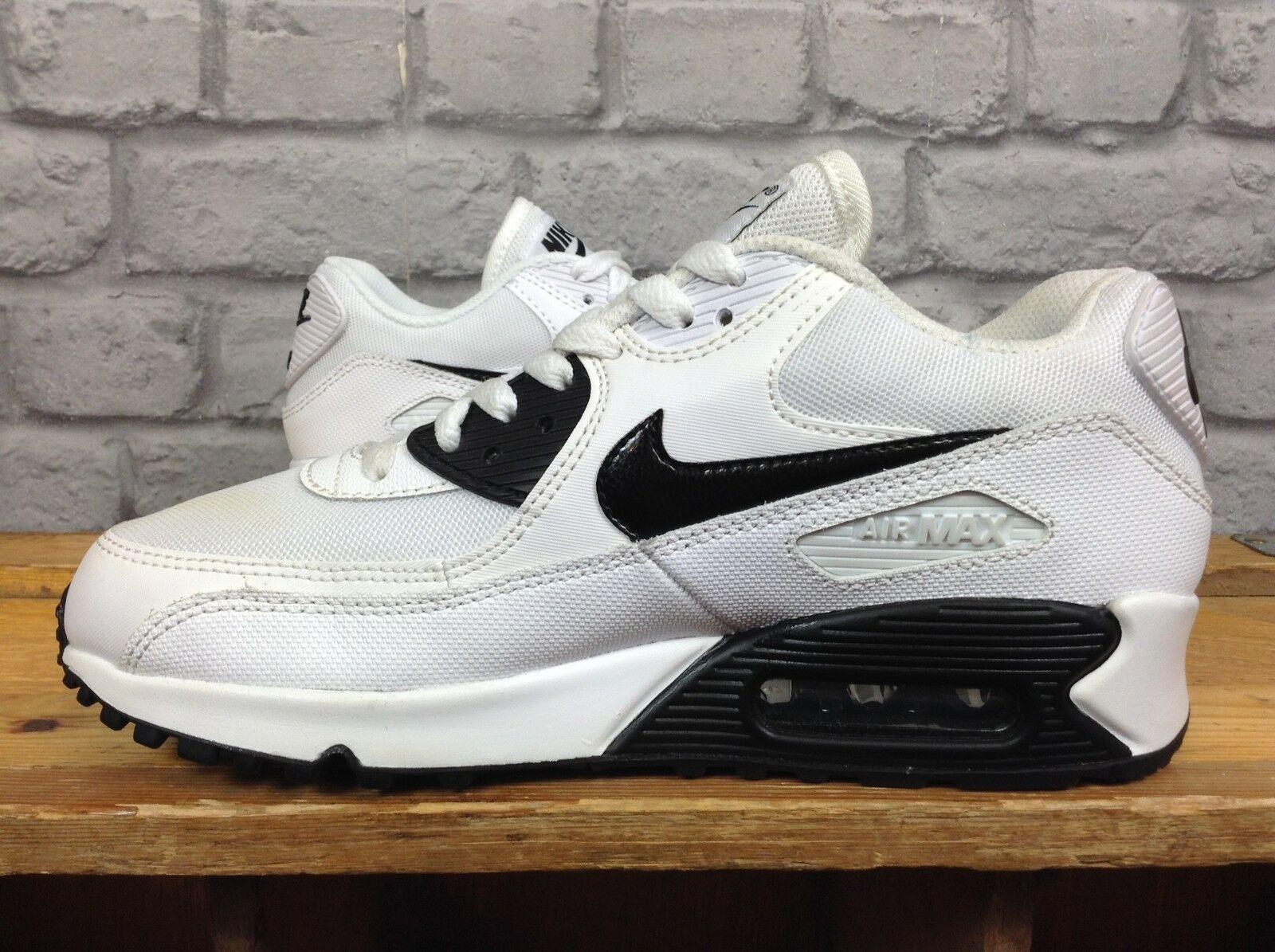 NIKE LADIES5 EU TRAINERS 38.5 blanc noir  ESSENTIAL TRAINERS EU  100 4f0330