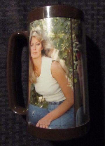 "1977 FARRAH FAWCETT 6.5/"" Cup Mug FN 6.0 Charlies Angels 3//4 Figure Thermo-Serv"
