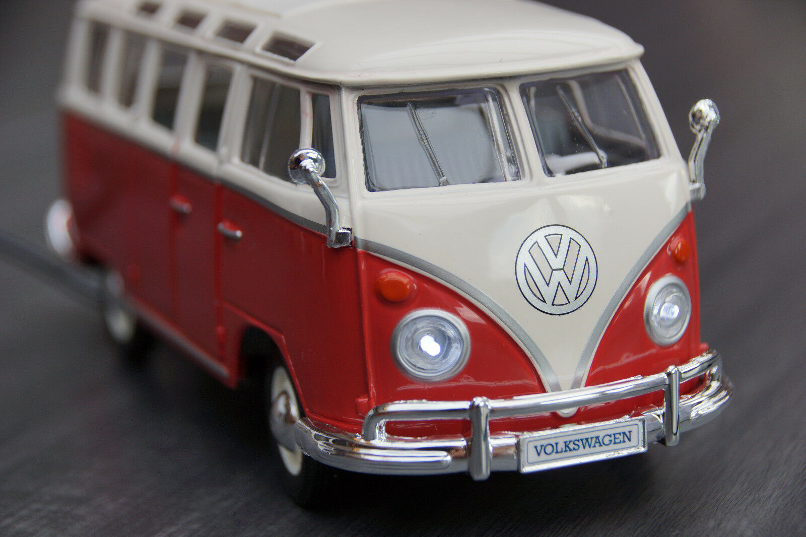 Volkswagen VW Bus t1 Samba with LED Lighting (Xenon) in 1 24 rot Weiß