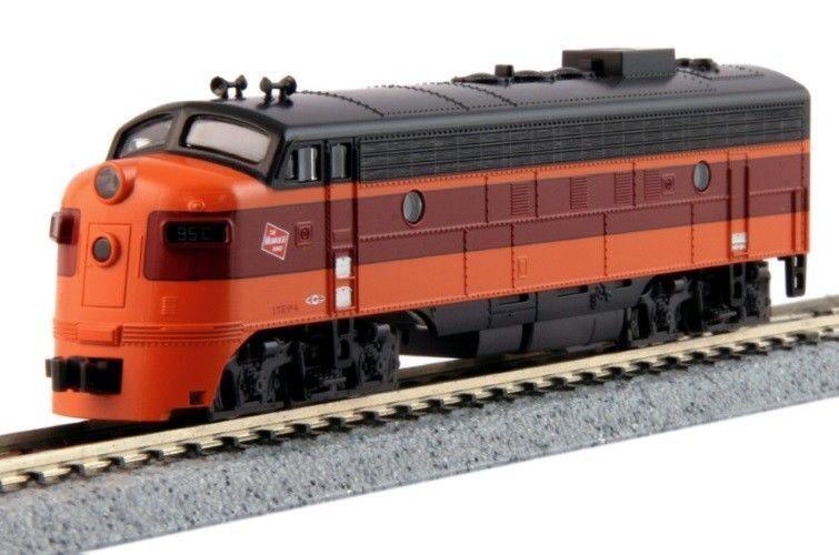 KATO 1762302 N Scale FP7A Milwaukee Rd Locomotive C 176-2302, Hiawatha  - NEW