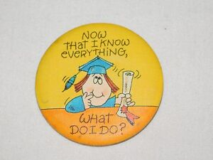 VINTAGE-FUNNY-1981-COLLEGE-GRADUATION-I-KNOW-EVERYTHING-2-1-4-034-PINBACK-BUTTON