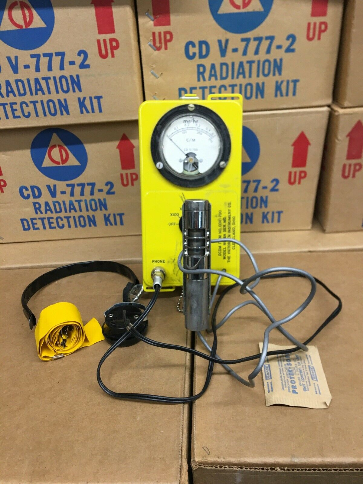 s l1600 - VICTOREEN CD V-700 MODEL 6A RADIATION DETECTOR/GEIGER COUNTER w/HEADSET (45840)
