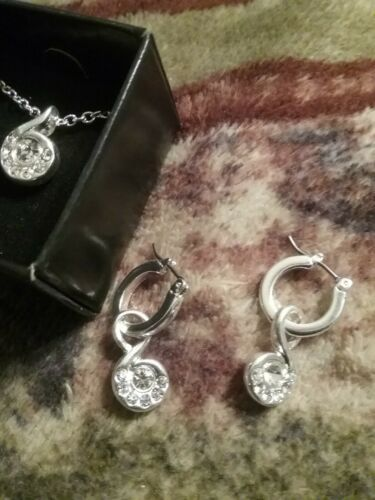 Details about  /AVON SHIMMER BLOOM SWIRL NECKLACE /& EARRINGS GIFT SET NEW IN BOX