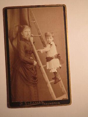 Traunstein - Kind auf Leiter neben stehender junger Frau - Mädchen / CDV