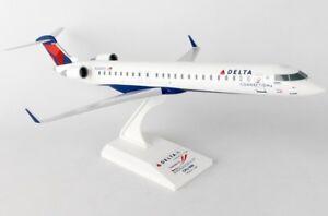 Skymarks-SKR903-Delta-Endeavor-Air-Bombardier-CRJ-900-Desk-1-100-Model-Airplane