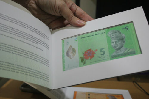 2011 NEW RM1 and RM5 set Ringgit hornbill and kite Malaysia bank note in folder