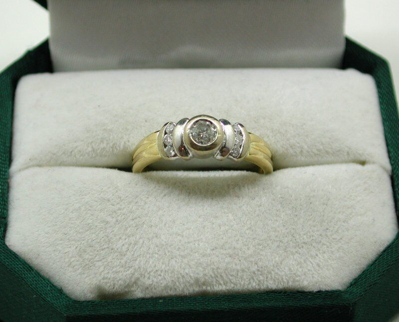 LOVELY due colore 18ct oro e 0.25 0.25 0.25 ct diamante solitario anello con accenti 5ae174