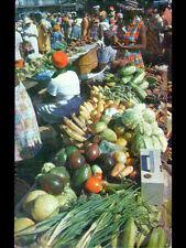 GRENADA (ILE GRENADE / ANTILLES) STAND MARCHAND de FRUITS au Marché animé 1978