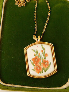 Vintage-Avon-Orange-Gladiola-Flower-Cameo-Pendant-gold-chain-Necklace-8d-89