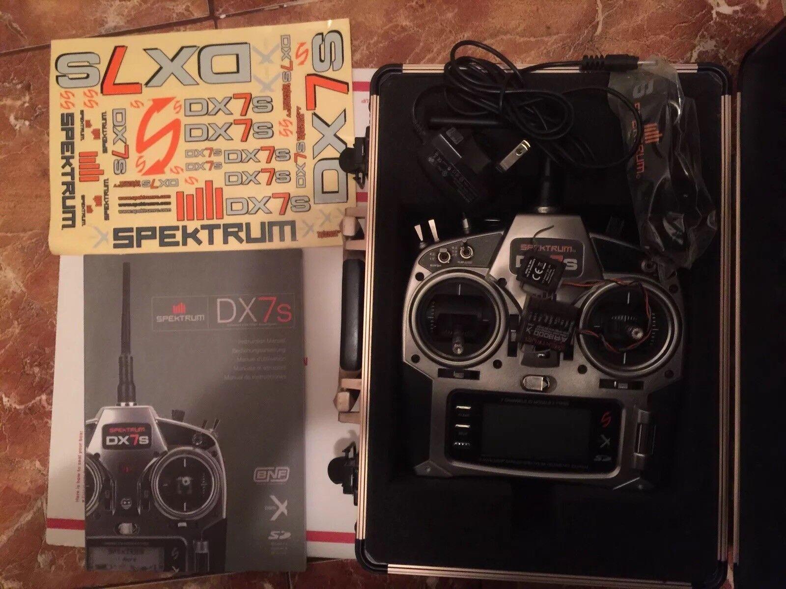 Spektrum DX7s Transmisor Y Receptor De Control Remoto Con Estuche que se muestra