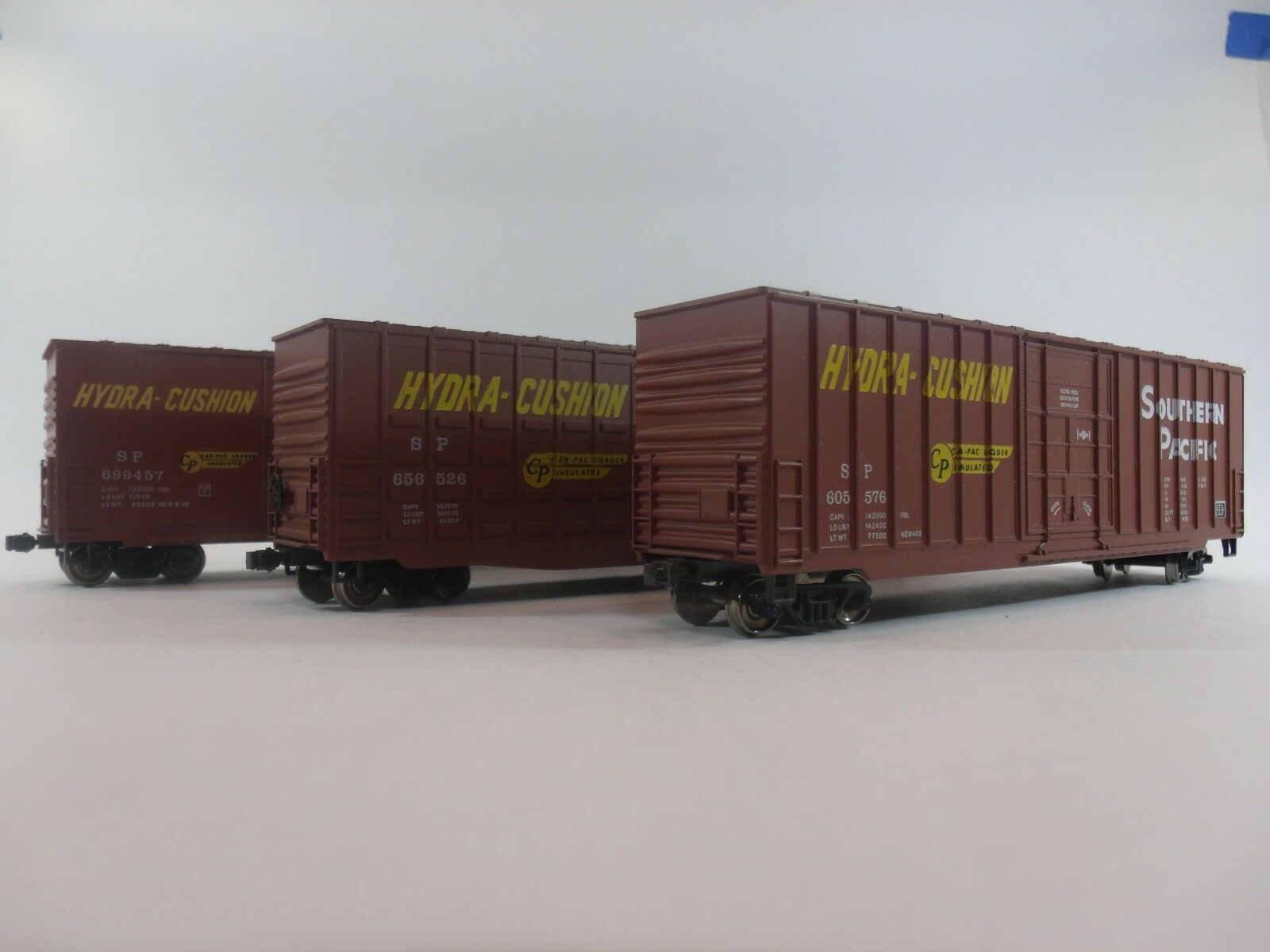 HO Scale Model Railroads               Set of 3 BOX CARS    by Athearn