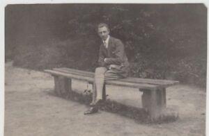 (f17214) Orig. Photo Jeune Homme Est Assis Sur Banc 1920er-afficher Le Titre D'origine ChronoméTrage Ponctuel