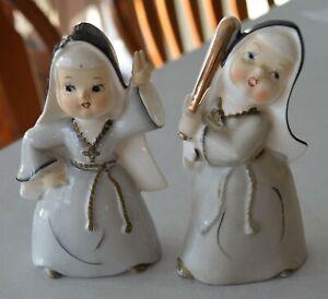 2-Vintage-1950-039-s-60-039-s-era-Nuns-playing-Baseball-China-Figurines