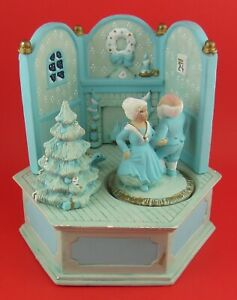 VINTAGE-SANTA-CLAUS-IS-COMING-TO-TOWN-MUSIC-BOX-Santa-amp-Mrs-Claus-Dance-amp-Spin