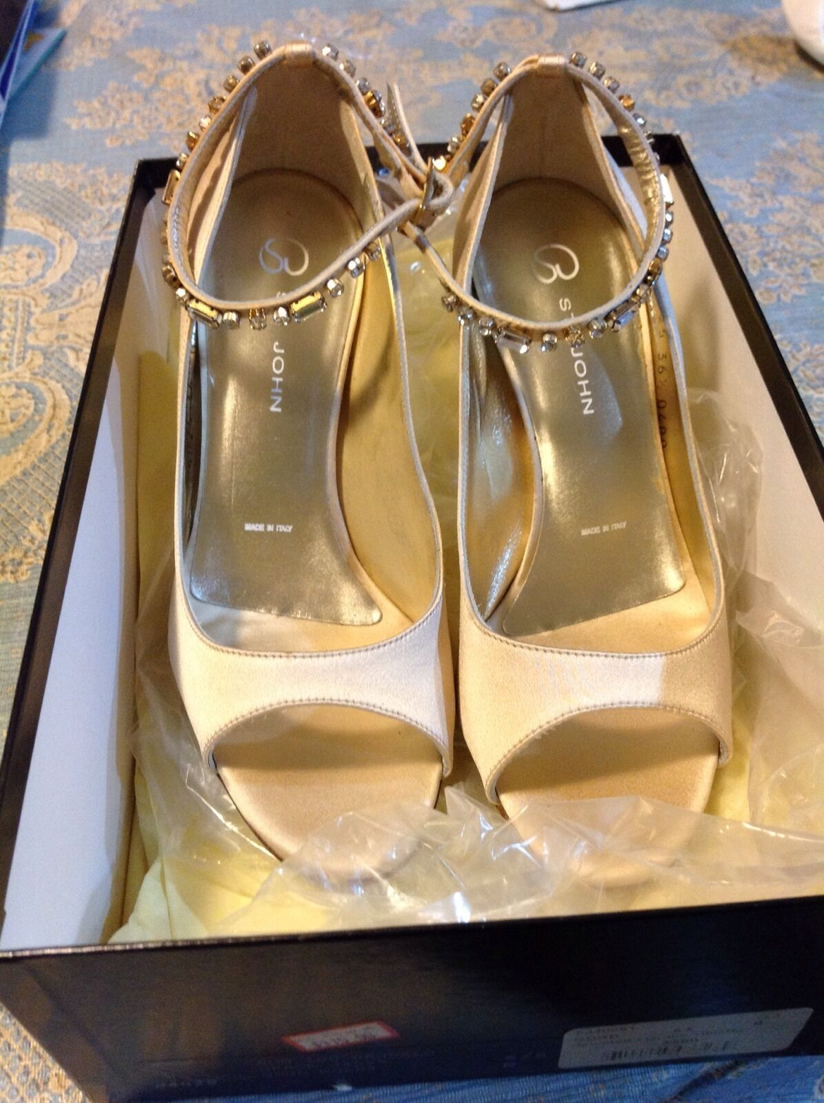 ST. JOHN COUTURE SIZE 6.5 BEIGE SATIN EVENING SHOE WITH CRYSTAL ACCENT STRAP NEW