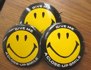 Lot-3-Vintage-Give-Me-a-Close-Up-Smile-Iconic-Yellow-Black-Smiley-Face-Pinback