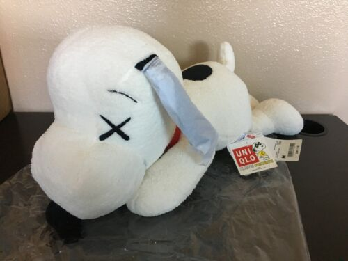 big one KAWS x PEANUTS X UNIQLO SNOOPY Plush Toy M Medium dans la main neuf avec étiquette
