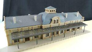 Gebaeude-Spur-N-Grosser-Bahnhof-GE740-Gebauter-Bausatz-Gebraucht