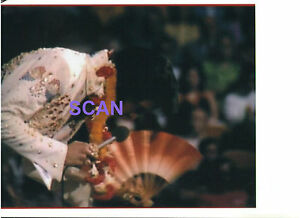 ELVIS-PRESLEY-LEI-JAPANESE-HAND-FAN-ALOHA-HAWAII-TV-SPECIAL-1-14-73-CANDID-PHOTO