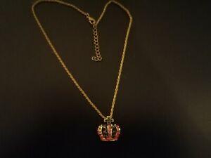 collier fantaisie en métal pendentif couronne pierres cristal