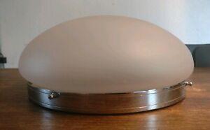 Plafonnier-art-deco-monture-chromee-verre-sable-diametre-26-cm-hauteur-12-cm