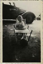 PHOTO ANCIENNE - VINTAGE SNAPSHOT - ENFANT BÉBÉ CHAISE VOITURE DRÔLE - CHILD CAR