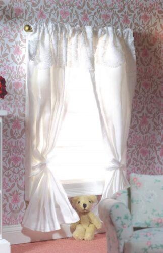 Maison de poupées miniature Emporium Paire de rideaux sur un poteau rose blanc ou vert