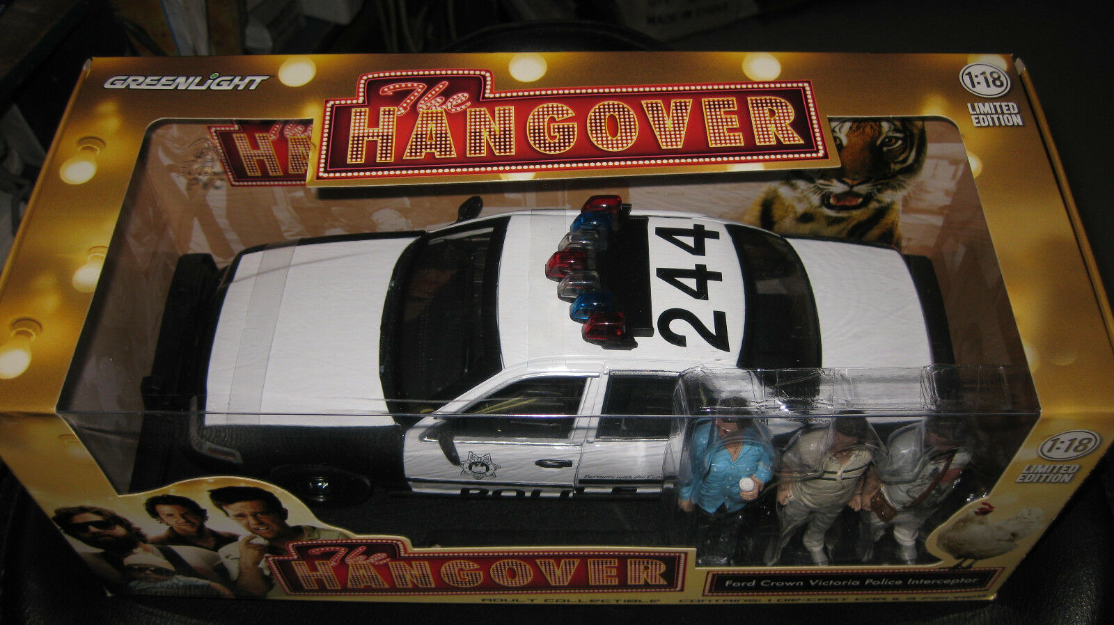 1 18 verdeLIGHT THE HANGOVER MOVIE FORD CROWN VICTORIA POLICE Coche + 3 FIGURINES