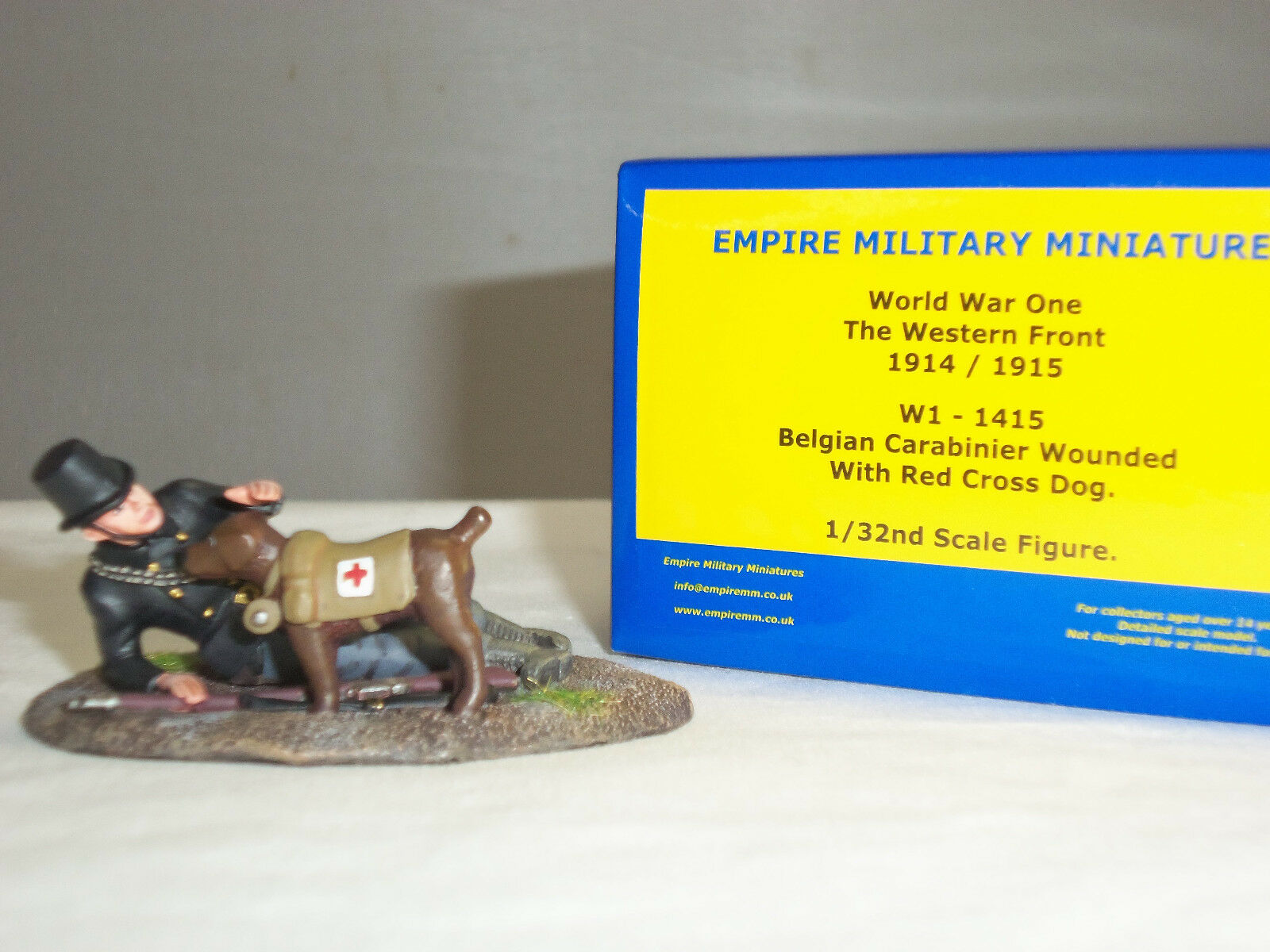 EMPIRE W1-1415 BELGIAN CARABINIER WOUNDED WITH FIRST AID MEDIC DOG TOY SOLDIER