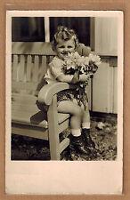 Carte Photo vintage card RPPC enfant avec bouquet de fleurs kh0196