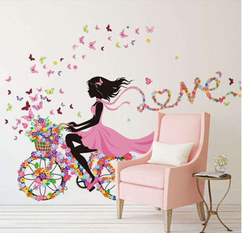 בחורה על אופניים עם פרפרים ופרחים