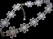 A LADIES GIRLS PRETTY WHITE DAISY FLOWERS  FESTIVAL CHOKER NECKLACE . NEW.