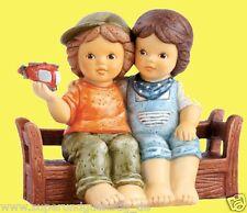 Goebel Nina & Marco Figur Porzellanfigur Beste Freunde auf Bank 8,5 cm 11741402