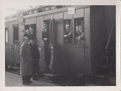 Intellektuell Orig. Foto Soldaten Bei Der Einberufung Zum Krieg Im Zug 2.wk 9x12cm (af183) Hohe QualitäT Und Preiswert