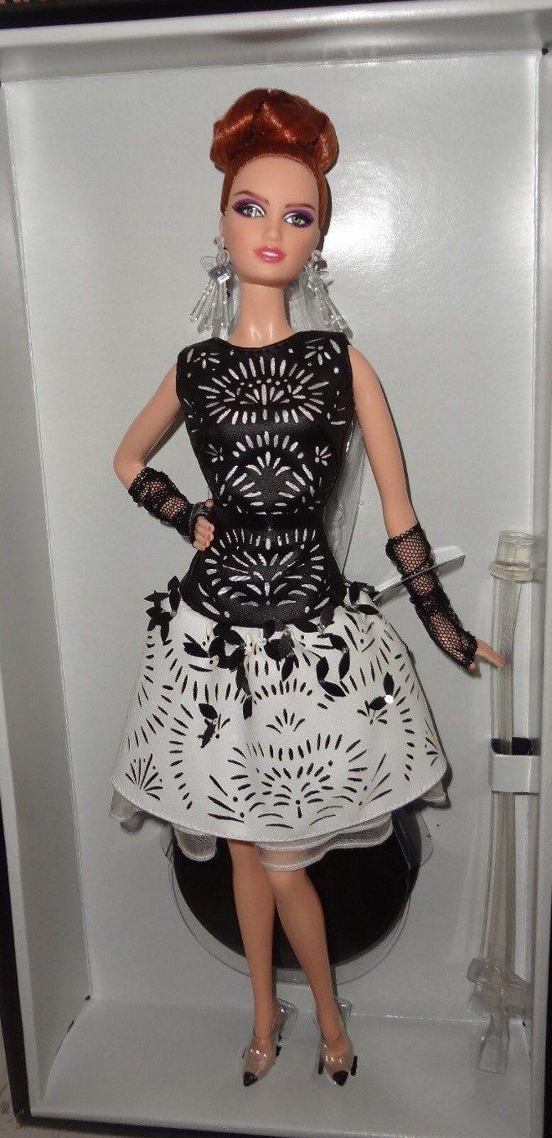 Vestido de cuero láser Muñeca Barbie Platinum Label nunca quitado de la Caja Mattel menos entonces 1,000