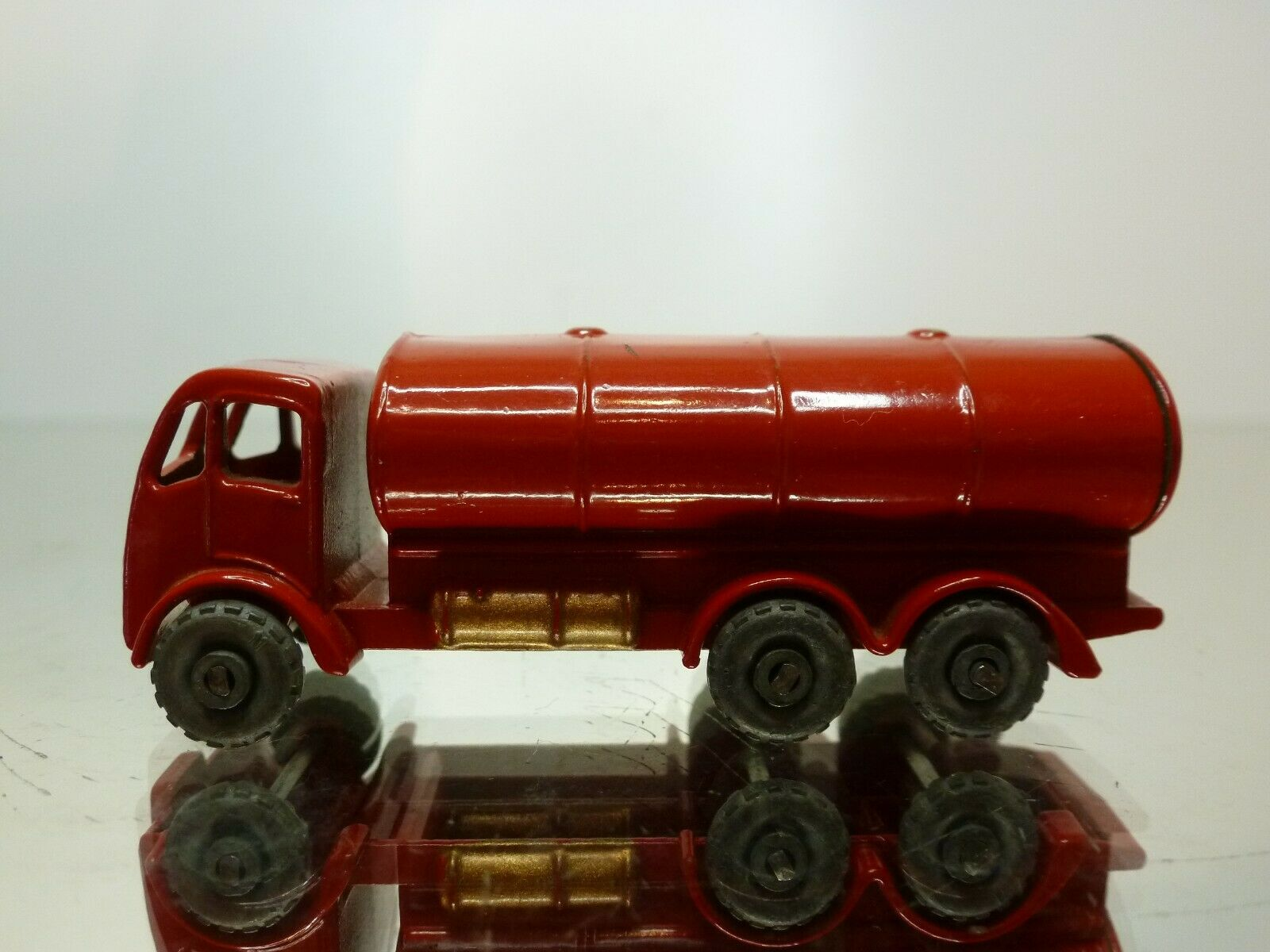 MATCHBOX LESNEY 11 ERF PETROL TANKER - rouge L6.5cm - VERY GOOD CONDITION