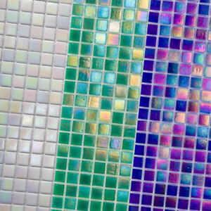 Glasmosaik-perlmutt-irisierend-weiss-gruen-blau-fuer-BAD-WC-KUCHENRUCKWAND-Milano